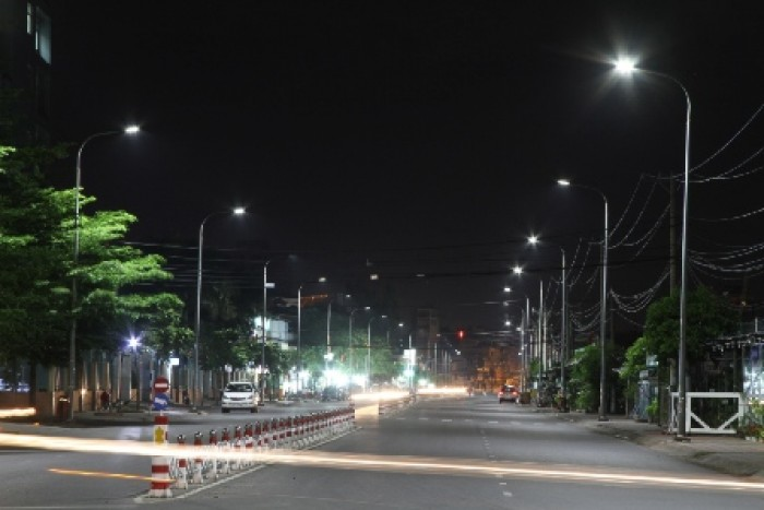Bóng đèn sợi đốt chiếu sáng đường đi